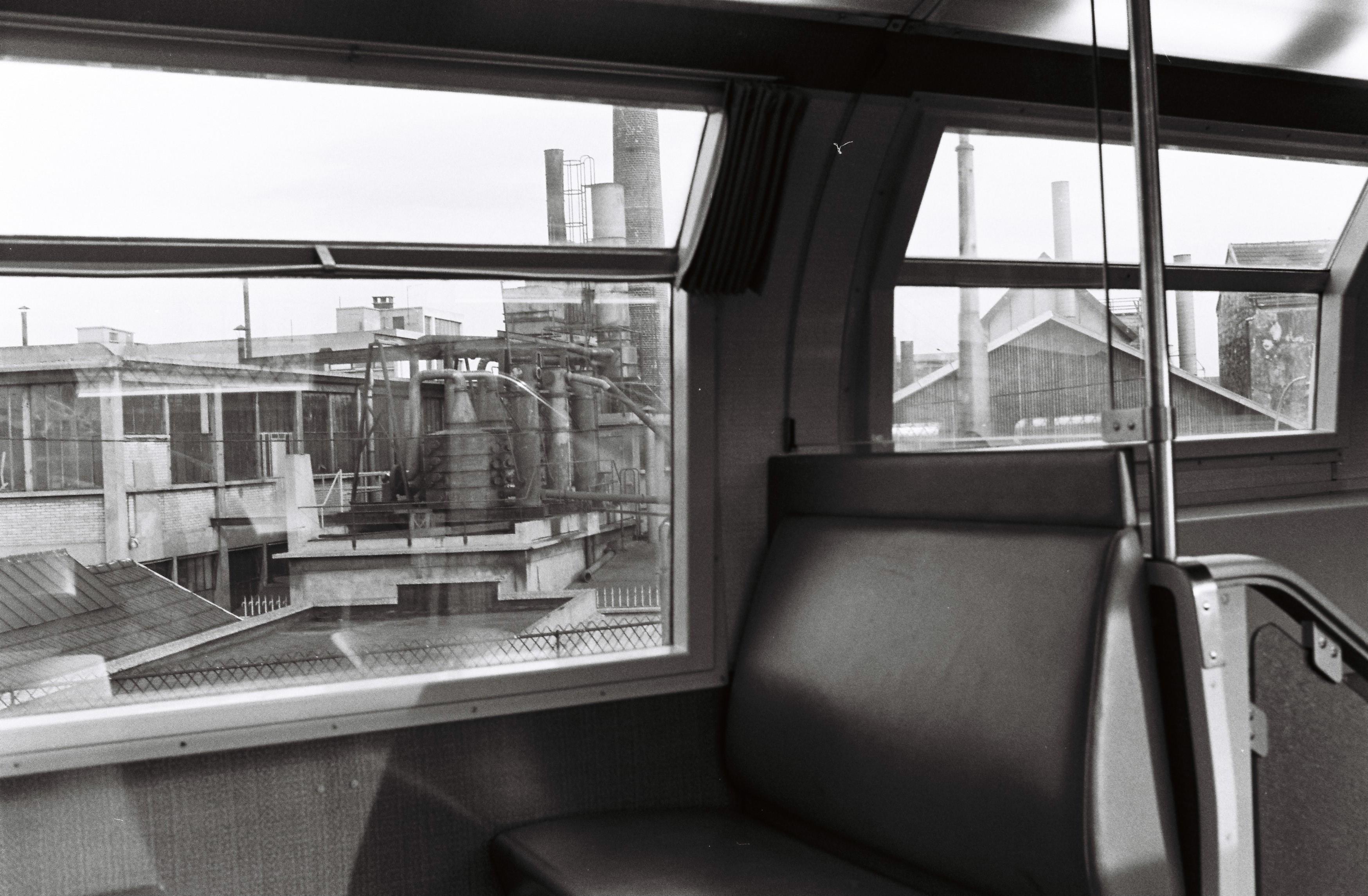 l'usine par la fenêtre du train